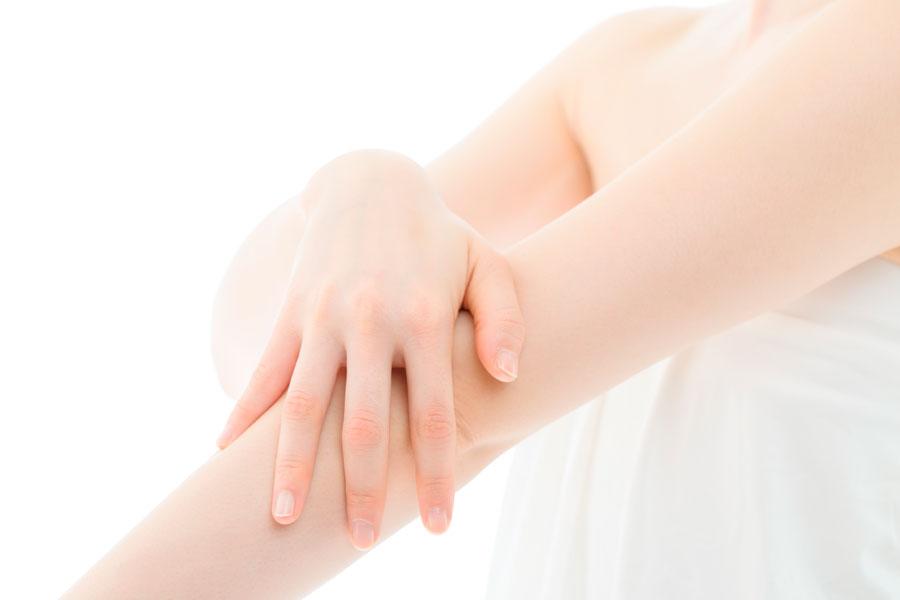 mujer con la piel sensible
