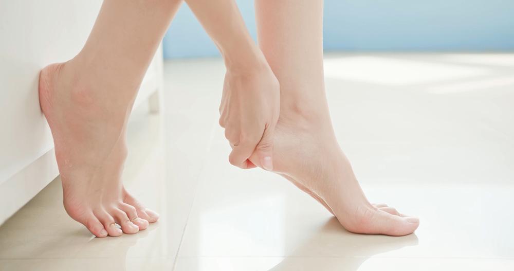 Aplicar crema en piernas cansadas y hinchadas