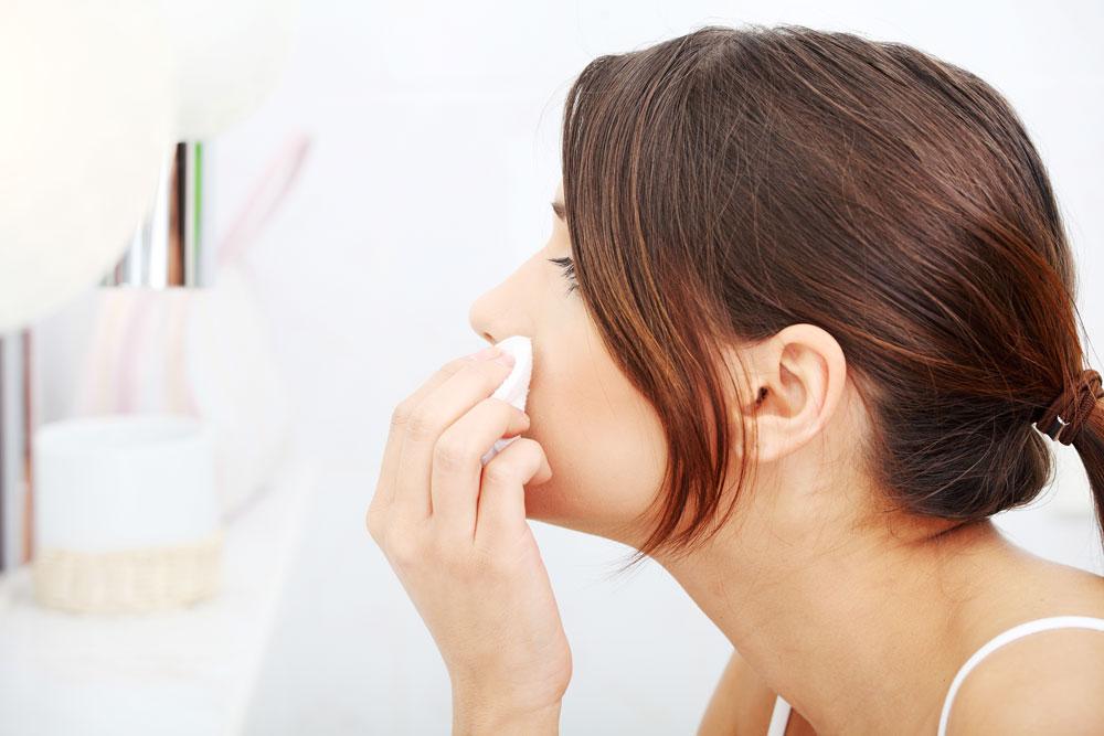 Chica con piel mixta sensible limpiza facial